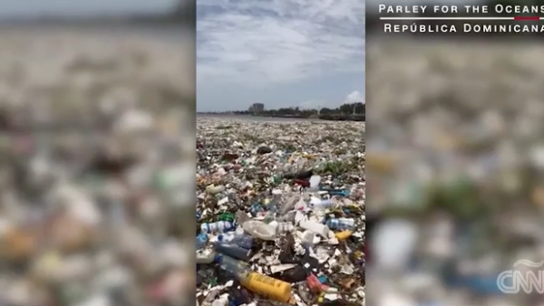 Olas de basura se forman en una playa de República Dominicana