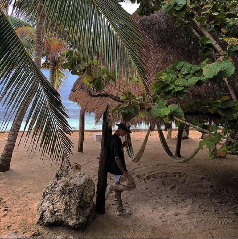 El cantante continúa en nuestro país y, después de nadar en el cenote Yaxmuul, entre otras actividades, estuvo en una ceremonia maya en la playa, donde además disfrutó de un show con bailarines.
