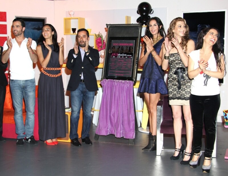 Las guapas actrices fungieron como madrinas en la develación de la placa por las 100 representaciones de la obra protagonizada por Claudia Lizaldi.