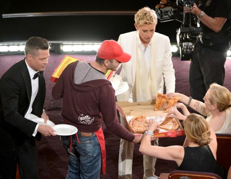 Ellen DeGeneres y las estrellas más grandes del mundo comiendo pizza en medio de la ceremonia de los Oscar.