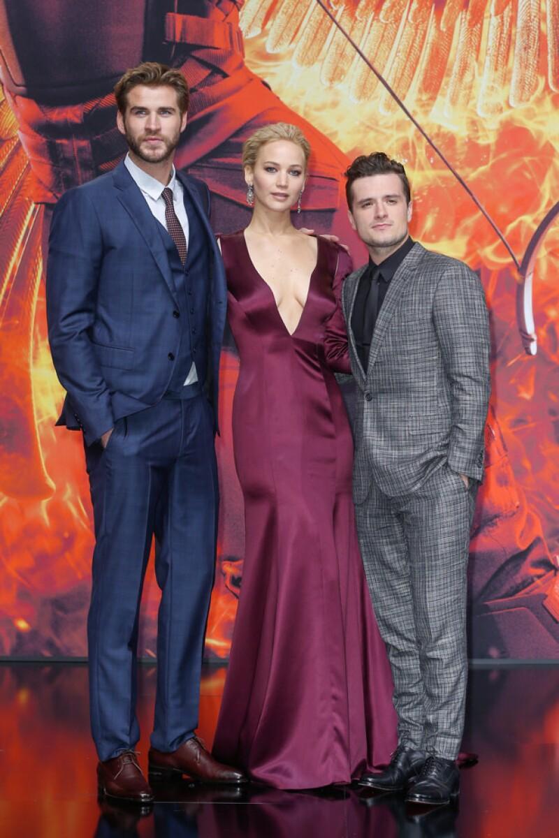 """La actriz acaparó miradas a su paso por la alfombra roja del estreno mundial de la última entrega de """"The Hunger Games"""" con un revelador escote que por poco la traiciona."""
