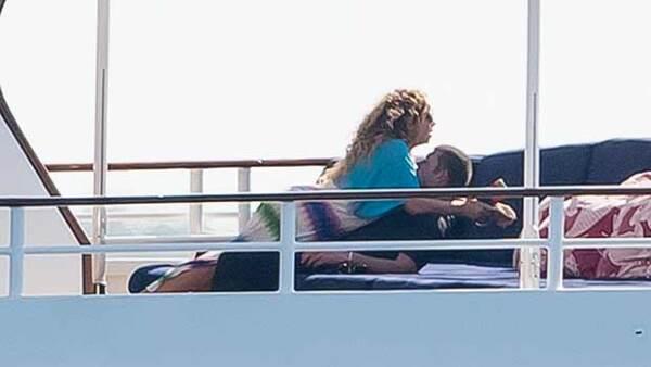 La cantante y el multimillonario James Packer fueron fotografiados compartiendo intensos besos y caricias durante sus vacaciones en Capri, Italia.