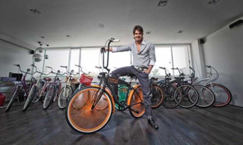 Roberto Domínguez inició su empresa en 2011. En promedio, vende 20 bicicletas al mes. Domínguez no sabía de maquila y tuvo que aprender a armar bicicletas para supervisar cada pieza y pedido personalmente. (Foto: César Sandoval Manjarrez)