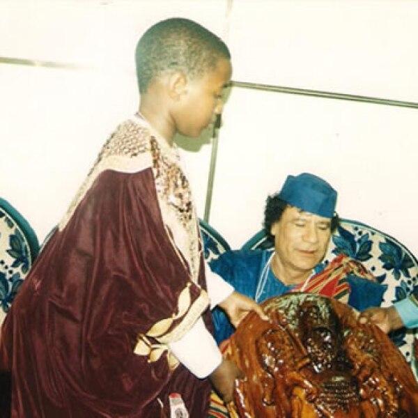 Desde pequeño ha recibido consejo de líderes como el libio Muammar Gadafi (al centro)