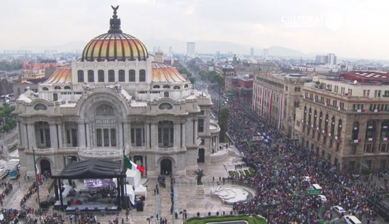 El momento en que llegan las cenizas de Juan Gabriel a Bellas Artes.