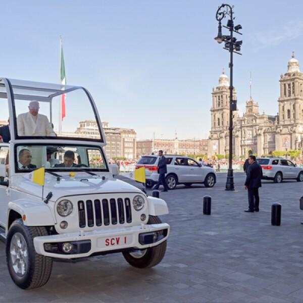 Francisco arribó a bordo de su vehículo procedente de la nunciatura.