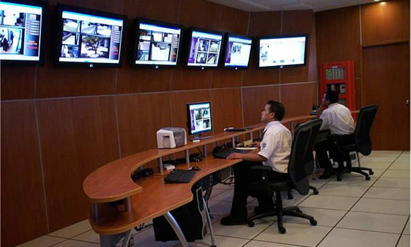 Las 298 cámaras de vigilancia son manipuladas desde un cuarto de control con, al menos, 4 personas por turno. En caso de una alarma, el sistema determina automáticamente qué hacer y a quién llamar.