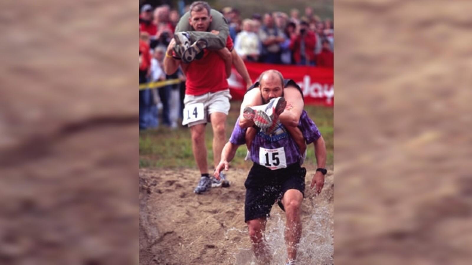 una pareja participa en el wife carrying championship