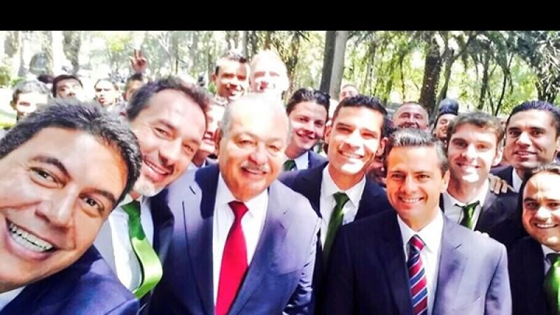 Elías Ayub aprovechó la ocasión para tomar una selfie junto al ingeniero Carlos Slim y el presidente Enrique Peña Nieto, asimismo el director del equipo León, Gustavo Matosas y Rafa Márquez aparecen en la imagen.