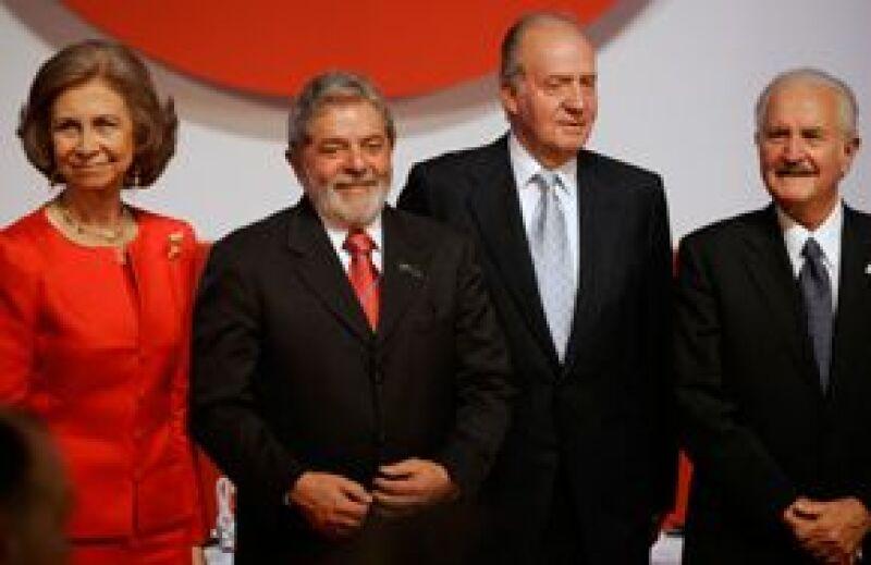 El escritor mexicano recibió de manos del rey Juan Carlos de España el premio Don Quijote de La Mancha.