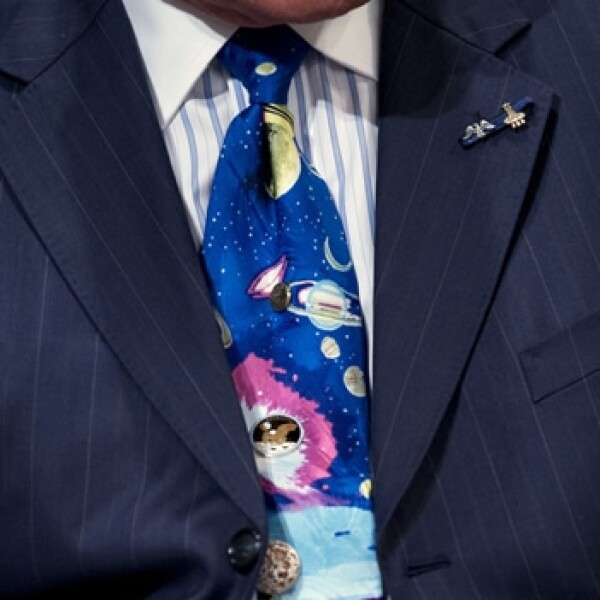 corbata con cuetes del exastronauta buzz aldrin