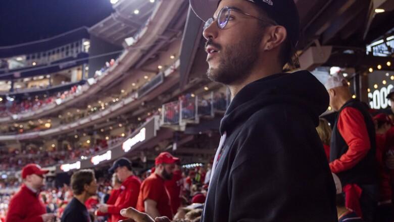 Siempre atento y al filo de la butaca por tanta emoción, Diego Alfaro disfrutó al máximo los partidos.