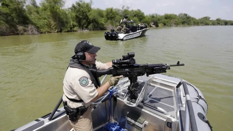 Un patrullero texano vigila la frontera estadounidense en el Río Grande, en el municipio de Mission