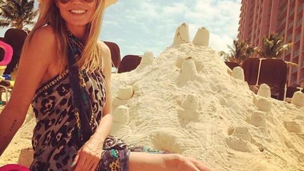 A través de Instagram, la sexy rubia de cuarenta años compartió una fotografía en la que la vemos sentada en la arena construyendo castillos.