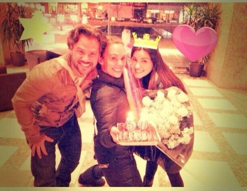 La actriz posteó a través de su cuenta de Twitter esta imagen a lado de sus amigos  Jessica  y Jorge Coch, quienes la festejaron con un pastel y un ramo de flores.