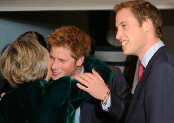 Los príncipes saludan a Claire Van Straubenzee, madre de Henry.