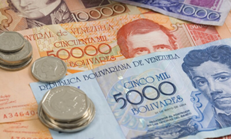 El bolívar se negocia en un mercado negro ilegal donde suele al menos triplicar el precio oficial. (Foto: Getty Images)