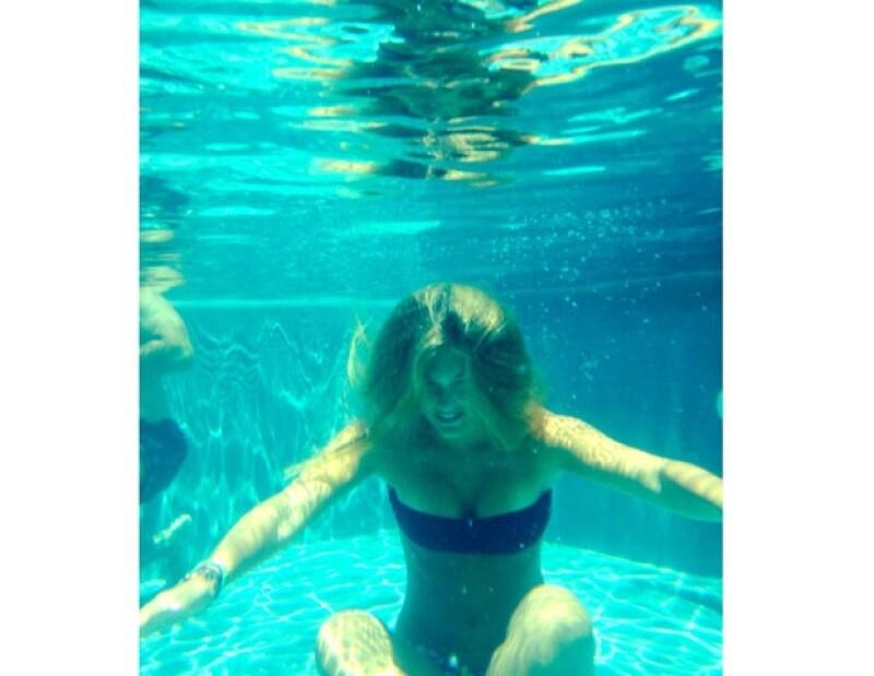 La modelo israelí ha subido constantemente fotos a su cuenta de Twitter donde presume sus vacaciones, en esta ocasión nos mostró como luce bajo el agua.