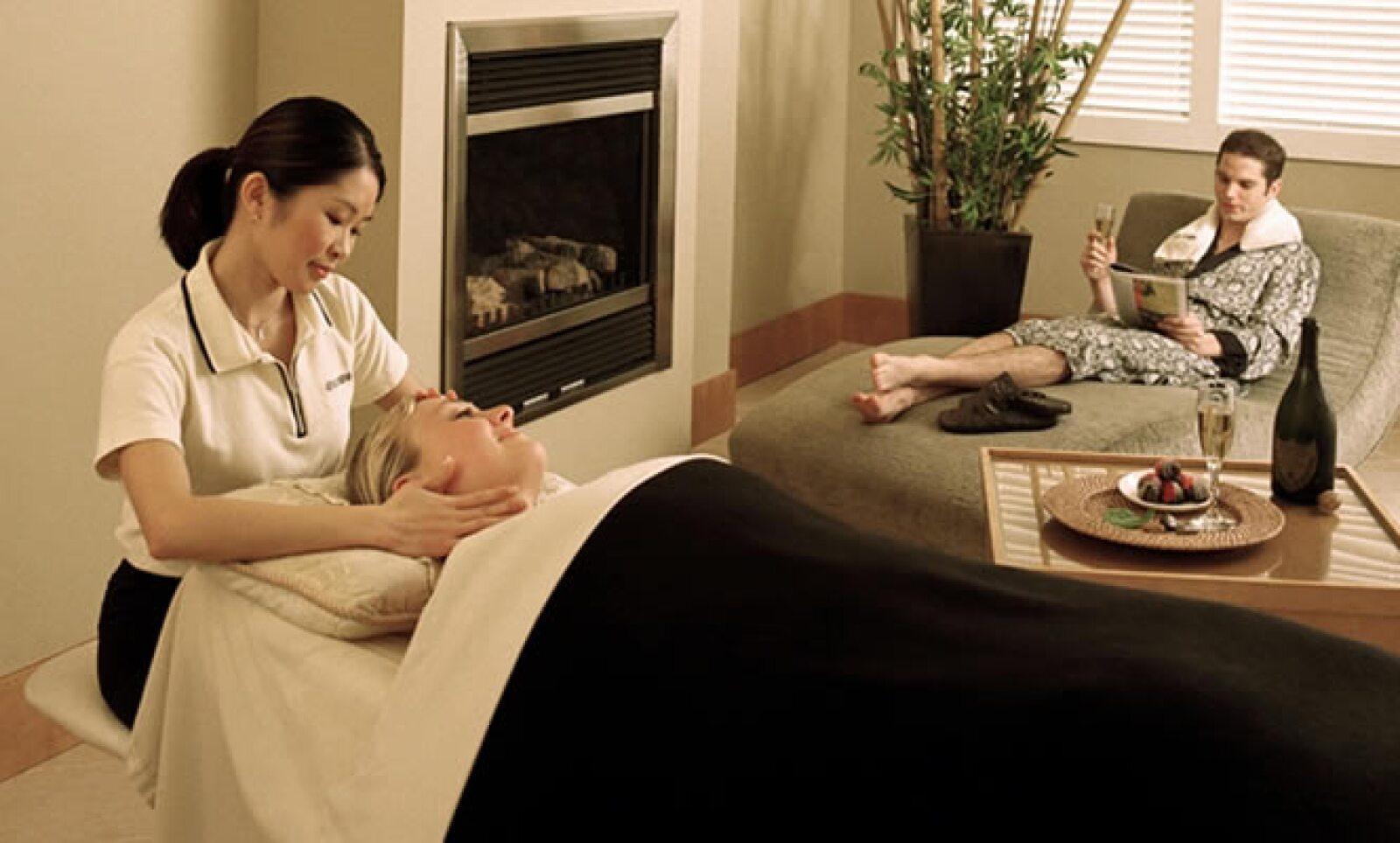 Relájate en la ciudad con un tratamiento en el Absolute Spa. Tiene sesiones en pareja, relajantes, terapia de piedras, aromas y está justo en el centro de la ciudad. Los precios varían entre 85 hasta los 450 dólares.