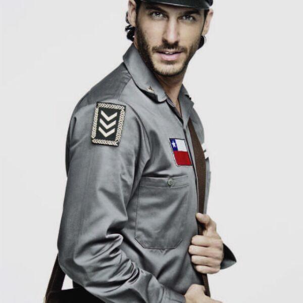 Erick Elías como un cartero para la obra de teatro Il Postino.