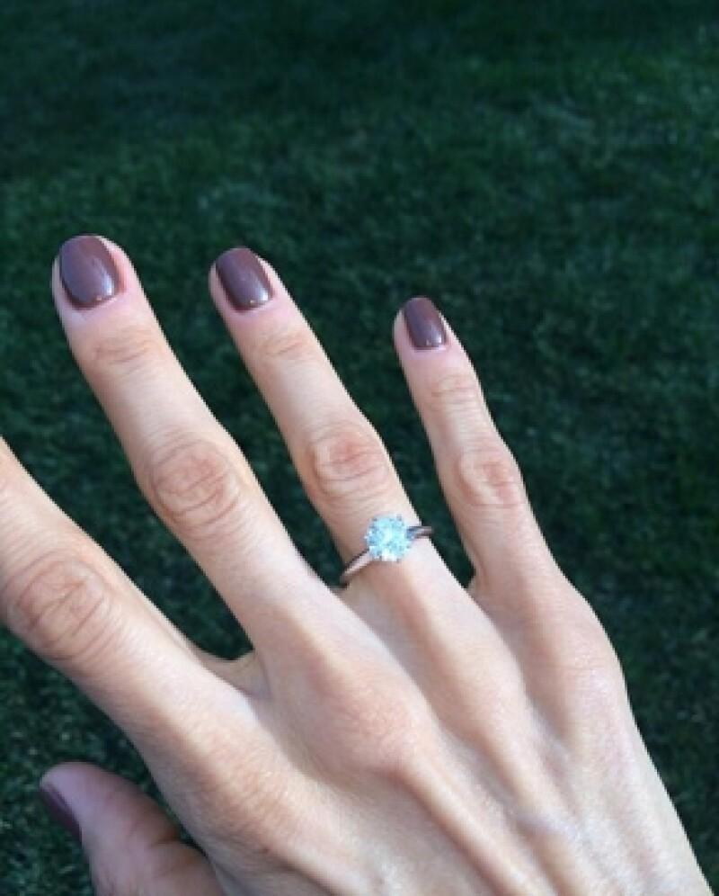 Sandra compartió con sus seguidores el anillo que le dio su ahora prometido.