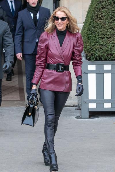 Celine Dion en Paris Fashion Week  con un saco vino de Gabriel Hearst y unos pantalones Jbrand de piel.
