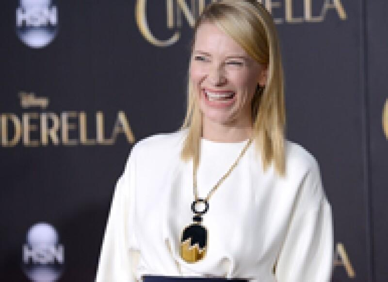 Luego de haber impactado en los premios Oscar con su elección de accesorios, Cate Blanchett se lució en la premiere de Cinderella con otra pieza de joyería súper llamativa.