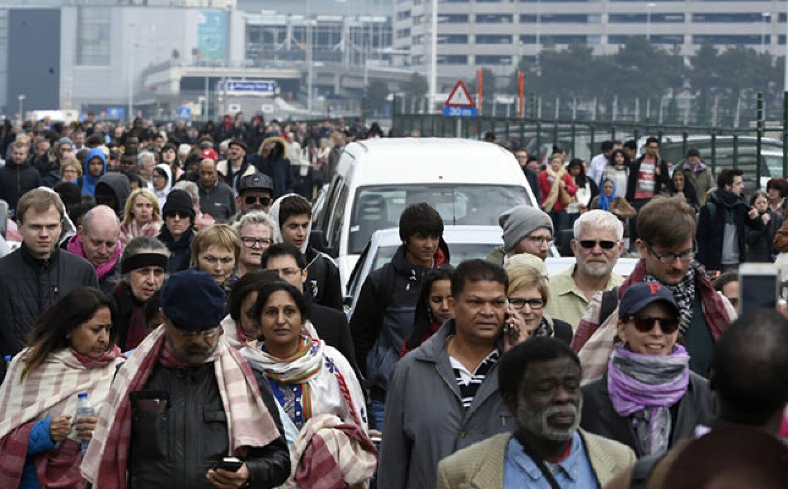 El aeropuerto de Bruselas fue evacuado y todas las operaciones fueron canceladas.