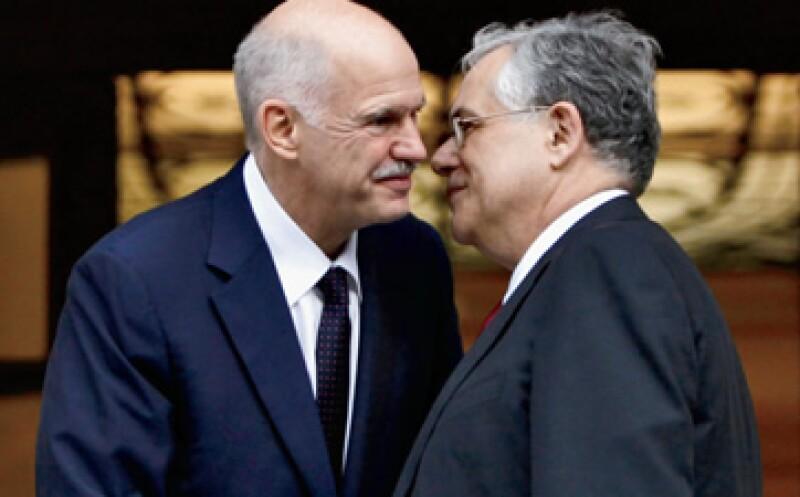 El nuevo primer ministro de Grecia, Lucas Papademos, es felicitado por su antecesor, George Papandreu (izq.), quien renunció a la mitad de su periodo al frente de su país. (Foto: Reuters)
