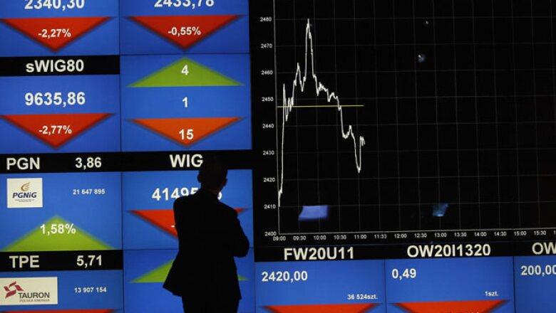 Un hombre mira el índice de la Bolsa de Valores de Varsovia. Los futuros de acciones cayeron con fuerza el lunes, lo que apunta a nuevos descensos en los papeles.