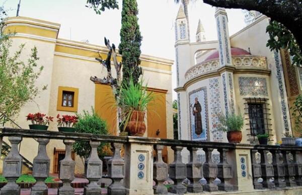 El santuario religioso tiene imágenes de santos en ambos costados y está a un lado del edificio principal del Arzobispo.