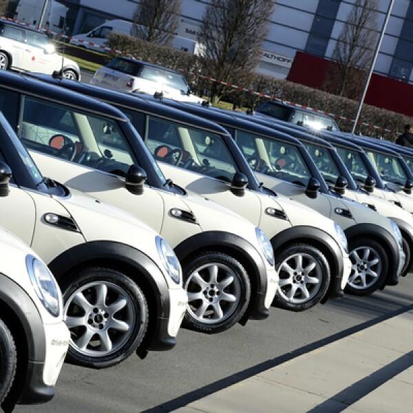Autos Mini Cooper se alinean para hacer publicidad de un sistema en línea con soporte de red móvil de Vodafone.