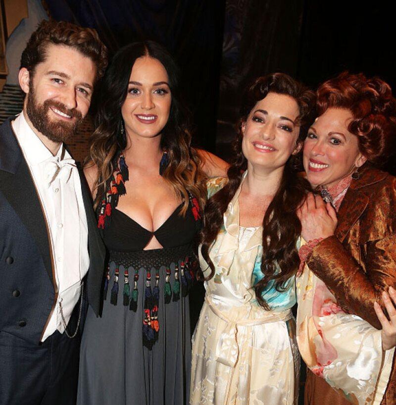Katy asistió a la puesta en escena Finding Neverland, cuyos protagonistas: Matthew Morrison, Laura Michelle Kelly y Carolee Carmello, posaron junto con ella para las cámaras.